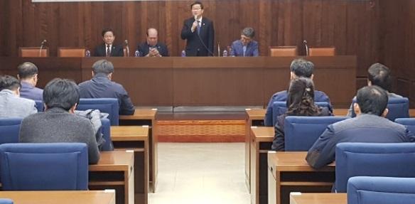 전해철 의원이 공공연맹 대표자들 앞에서 인사말을 하고 있다.