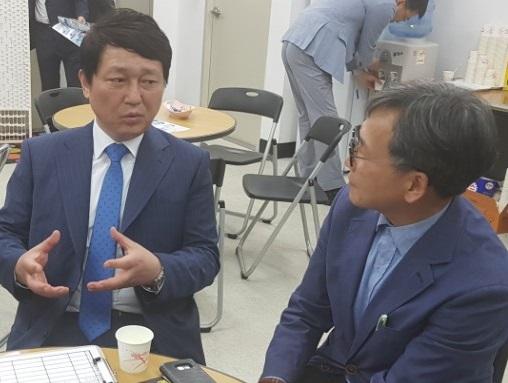 최재성 후보가 기자(김철관 한국인터넷기자협회장)과 인터뷰를 하고 있다.