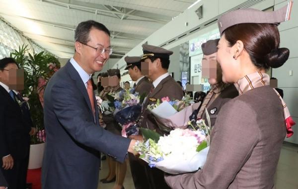 지난 5월 아시아나항공 인천-베네치아 노선 신규 취항식에서 김수천 사장이 승무원에게 축하인사를 하고 있다. 사진= 뉴시스