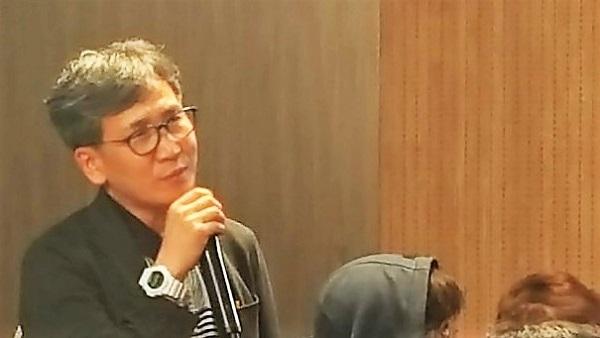 기자(김철관 한국이너넷기자협회장)가 소설가 이외수 씨에게 질문을 던지고 있다.