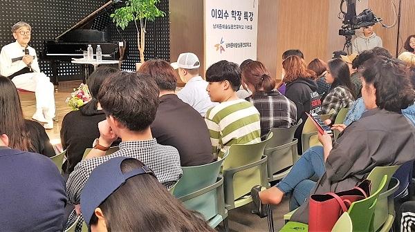 강연을 하고 있는 소설가 이외수 씨