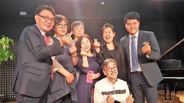 남예종 교수, 직원들과 기념사진을 촬영한 소설가 이외수 씨이다.