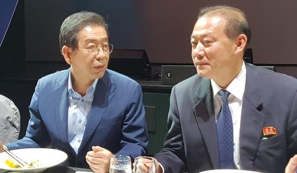 환송 만찬에서 박원순 서울시장이 양철식 6.15북측위원회 부위원장과 대화를 하고 있다.
