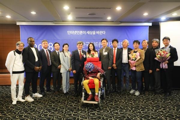 한국인터넷기자협회 '2018 한국인터넷기자상' 시상식에서 수상자들과 함께 / 사진 = 인기협