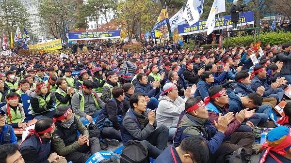 박원순 시장 연대사를 하는 도중 중간중간 박수를 치는 참가자들이다.