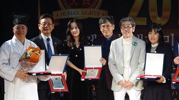인권대상 수상자들과 기념촬영을 한 이외수 인권대상 조직위원장