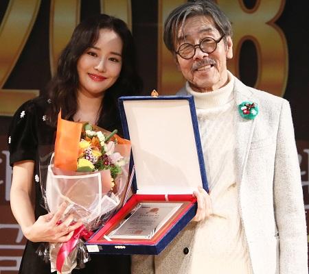 배우 오산하와 소설가 이외수 인권대상 조직위원장