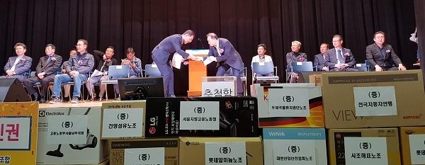 김주영 노총위원장과 김원이 정무부시장이 악수를 하고 있다.