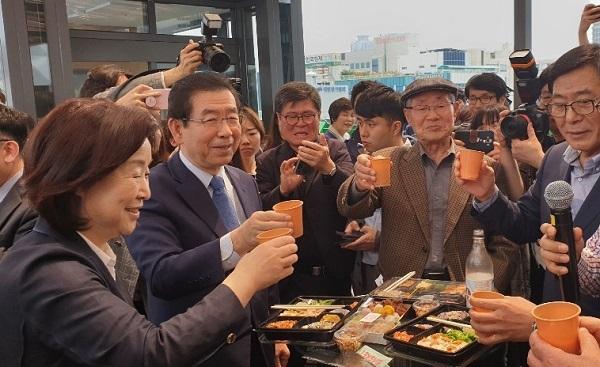 박원순 시장이 음료수와 도시락을 먹으면서 참석자들과 대화를 이어가고 있다.