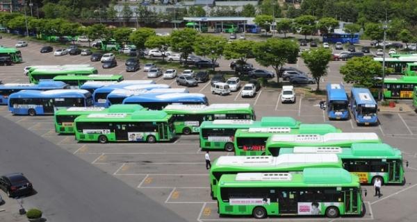 주 52시간 시행에 따른 전국 11개 광역자치단체 노선버스 노동조합 파업 찬반 투표가 시작된 8일 오전 서울 양천구의 한 버스 차고지에 노선버스들이 줄지어 서 있다./ 사진 = 뉴시스