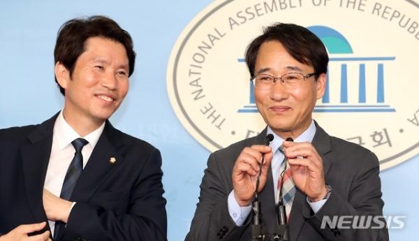 이인영 원내대표(오른쪽)는 10일 더불어민주당 이원욱 원내 수석부대표(오른쪽)를 임명하는 기자회견을 열었다.  / 사진 뉴시스