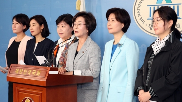 더불어민주당 여성의원들이 13일 기자회견을 열고 한국당 나경원 원내대표의  비속어와 여성비하를 규탄했다. / 사진 뉴시스