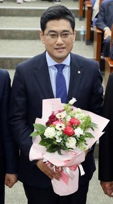 15일 오전 서울 여의도 국회에서 열린 바른미래당 원내대표 선출을 위한 의원총회에서 원내대표로 당선된 오신환 의원이 꽃다발을 받고 있다. / 사진 = 뉴시스