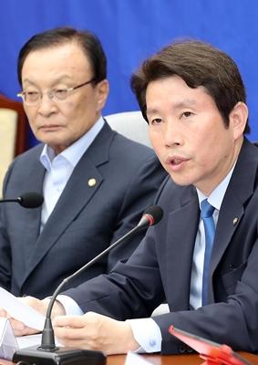 22일 서울 여의도 국회에서 열린 민주당 확대간부회의에서 이인영 원내대표가 모두발언을 하고 있다. / 사진  = 뉴시스