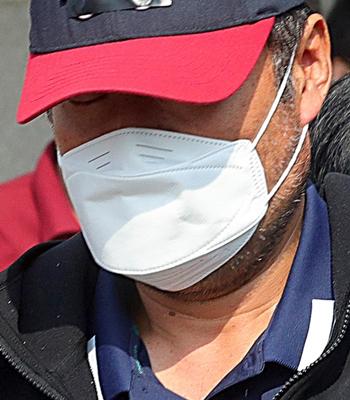 아내를 폭행해 숨지게 한 유승현 전 김포시의회 의장이 23일 경기 김포시 김포경찰서에서 검찰에 송치되고 있다. / 사진 = 뉴시스