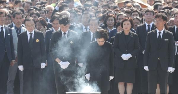 23일 경남 김해 봉하마을에서 열린 노무현 전 대통령 서거 10주기 추도식에서 권양숙 여사가 묵념하고 있다. / 사진 = 뉴시스