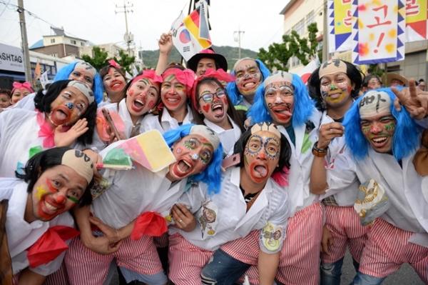 음성품바축제 길놀이 퍼레이드 참가자들 모습 / 사진 = 음성군 제공