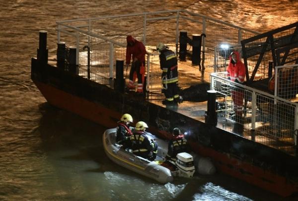 헝가리 부다페스트 다뉴브강에서 34명이 탄 유람선 '하블레아니'가 침몰해 구조대가 실종자 수색작업에 투입되고 있다. / 사진 = 뉴시스