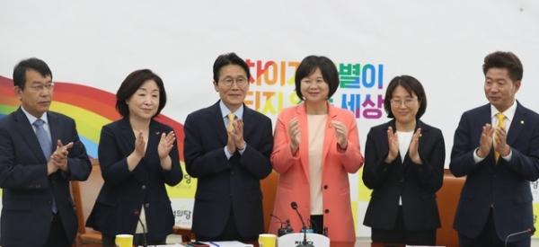 윤소하 원내대표가 연임된 30일 서울 여의도 국회에서 열린 상무위원회에서 의원들과 축하하고 있다. / 사진 = 뉴시스
