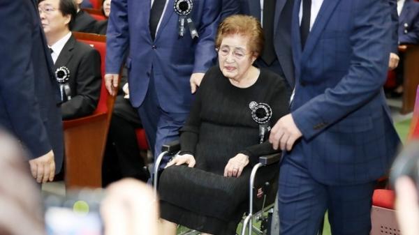 이희호 여사가 김대중 대통령 서거 9주기 추도식에 참석했다. / 사진 뉴시