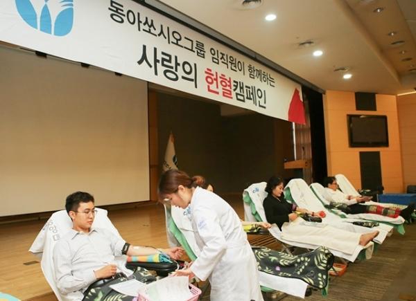 동아쏘시오그룹 사랑의 헌혈 운동에서 동아쏘시오그룹 임직원들이 지난 10일 헌혈을 하고 있다. / 사진 = 동아쏘시오그룹 제공