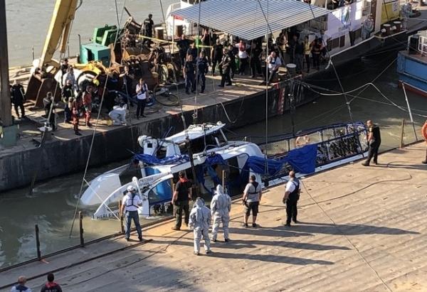 11일(현지시간) 허블레아니호를 끌어올릴 대형 크레인 '클라크 아담'이 양쪽 바지선을 사이에 둔 침몰사고 지점에 도착, 인양 작업을 하고 있다. / 사진 = 뉴시스