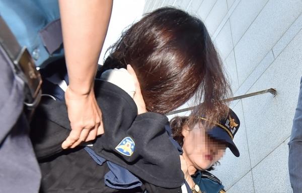'제주 전 남편 살해 사건' 피의자 고유정이 12일 오전 제주 동부경찰서에서 제주지검으로 송치되고 있다. / 사진 = 뉴시스