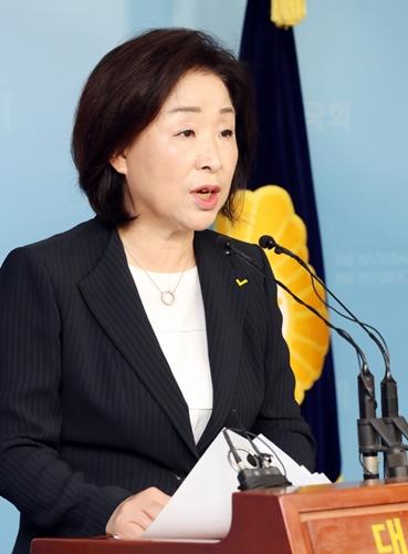정의당 심상정 의원이 13일 오전 서울 여의도 국회 정론관에서 당 대표 출마 기자회견을 하고 있다./ 사진 = 뉴시스
