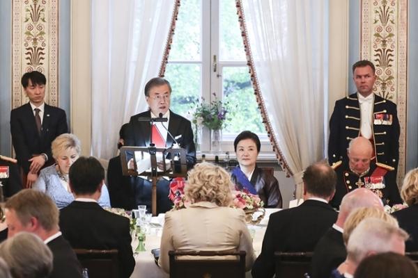 노르웨이를 국빈 방문 중인 문재인 대통령이 12일(현지시간) 오슬로 노르웨이 왕궁에서 열린 국빈 만찬에서 하랄 5세 국왕의 만찬사에 답사하고 있다. / 사진 = 청와대 제공