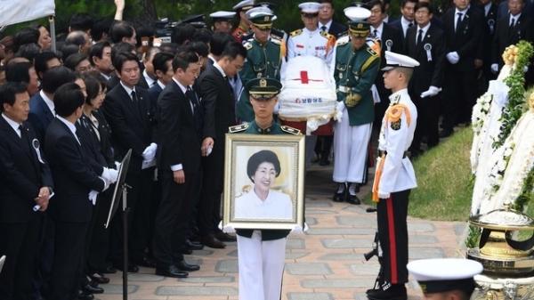 고(故) 이희호 여사의 안장식이 열린 14일 서울 동작구 현충원 김대중 전 대통령의 묘역에서 국군 의장대가 상여를 운구하고 있다 / 사진 뉴시스