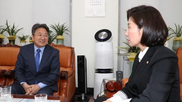 강기정 청와대 정무수석이 14일 오후 자유한국당 나경원 원내대표를 찾았다. / 사진 뉴시스