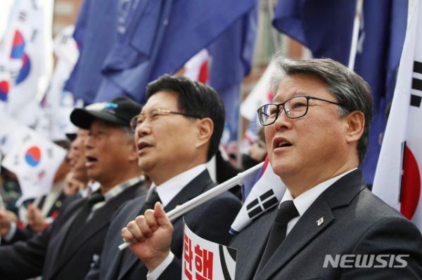 대한애국당 조원진 의원(오른쪽)과 자유한국당 홍문종 의원(왼쪽) / 사진 뉴시스
