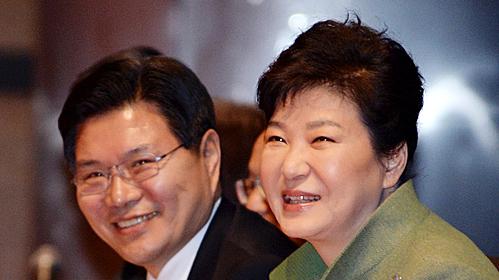 지난 2016년 박근혜 대통령과 홍문종 의원이 국가조찬기도회에 참석했다. / 사지 뉴시스