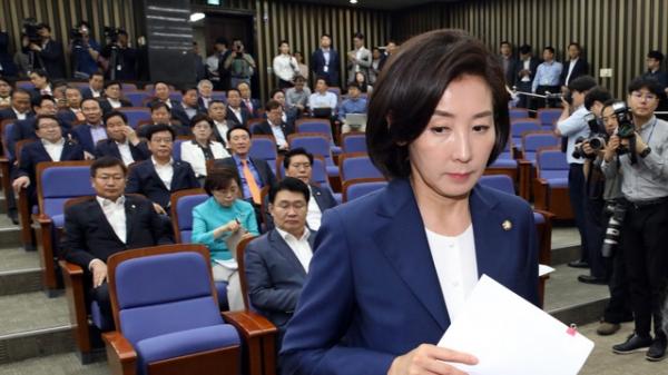 18일 자유한국당 정책의원총회 자리에서 나경원 원내대표가 모두발언을 위해 단상에 올랐다. / 사진 뉴시스