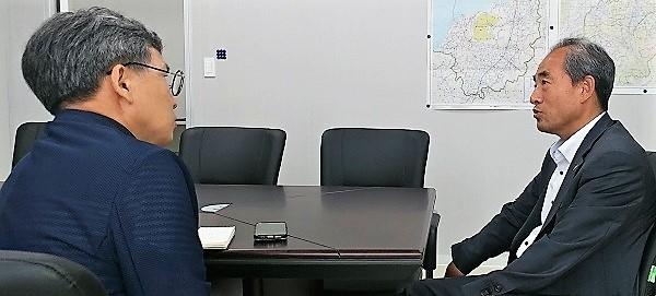 기자(김철관 한국인터넷기자협회장)과 대화하고 있는 윤준병 지역위원장.