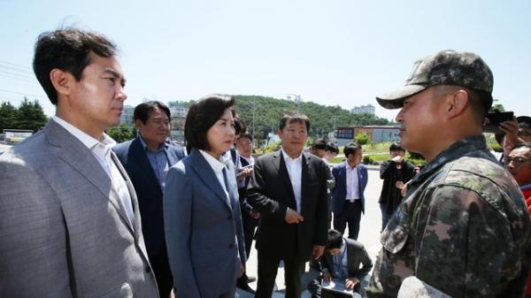 자유한국당 나경원 원내대표 등이 동해시 해군 제1함대사령부 항의 방문했지만 출입할 수 없다는 설명을 듣고 있다. / 사진 뉴시스