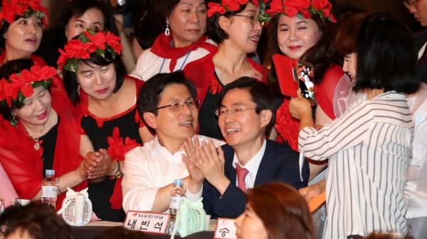 황교안 자유한국당 대표가 논란이 된 자유한국당 우먼 페스타에 참석해 여성당원과 기념촬영을 하고 있다. / 사진 뉴시스