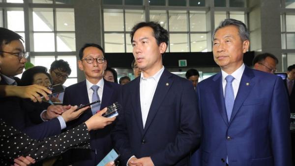 김영우 자유한국당 북한선박 입항 은폐 조작 진상조사단장이 국방부를 항의 방문에 앞서 기자 질문에 답하고 있다. / 사진 뉴시스