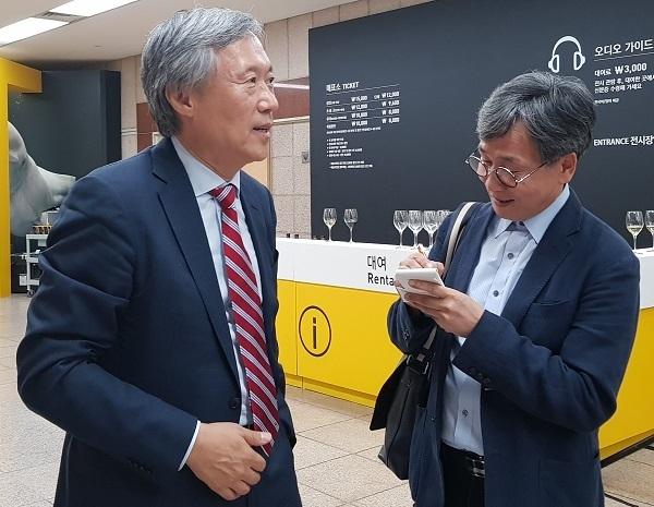 민선식 YBM회장 인터뷰를 하고 있는 김철관 한국인터넷기자협회장이다.
