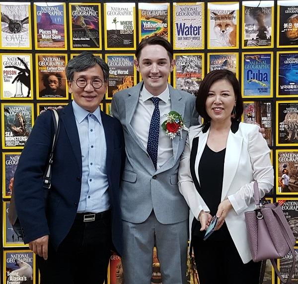 김철관 한국 인터넷기자협회장이 방송인 블레어와 이현숫 아시아모델협에 수석부회장과 기념사진을 촬영했다.
