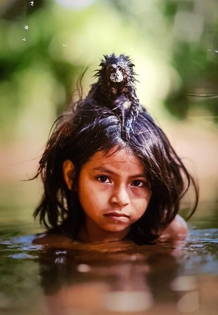 '아이의 눈, 원숭이의 눈' 속에서 자연과 인간의 공존의 필요성을 느끼게 한 사진이다.