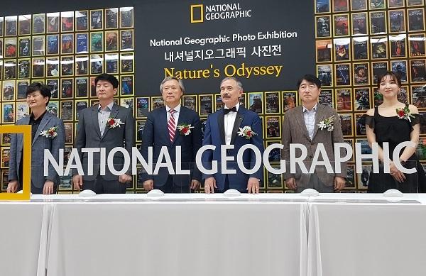 28일 오후 해리 해리스 미 대사, 민선식 YBM회장 등이네셔널지오그래픽 사진전 개막 점등식을 하고 있다.