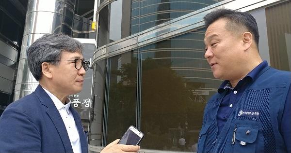 기자(김철관 한국인터넷기자협회장)와 인터뷰를 하고 있는 이동호 전국우정노조위원장이다.