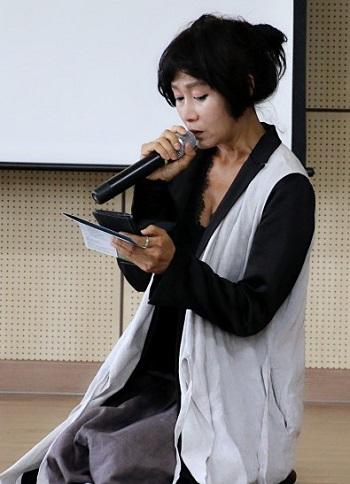 배우 오솔미 시인이 고결한 마음으로 무릅을 꿇고 헌시를 낭독하고 있다.