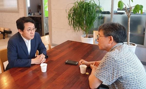 기자(김철관 한국인터넷기자협회장)와 대화하고 있는 천준호 지역위원장이다.