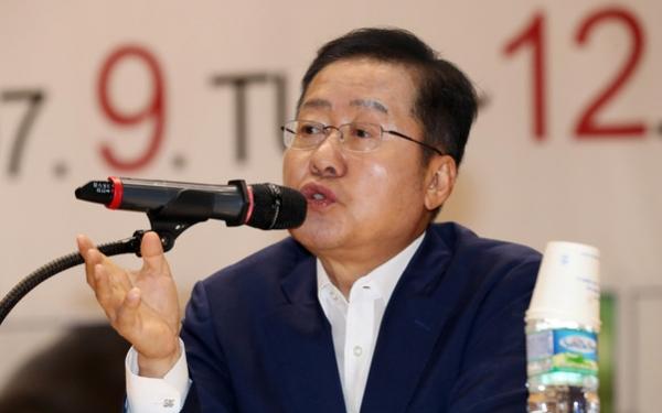 10일 대학생리더십아카데미에서 홍준표 전 자유한국당 대표가 특강을 하고 있다 / 사진 뉴시스