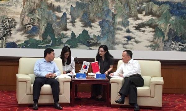 양정철 민주연구원장(왼쪽)은 10일 중국 베이징 중앙당교에서 리지 부교장과 민주연구원과 중국 공산당 중앙당교 간 교류협력 추진 협약을 체결했다. / 사진 중앙당교 제공 (뉴시스)