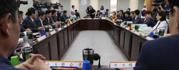 11일 오후 정부세종청사에서 최저임금위원회 전원회의가 열리고 있다. / 사진 = 뉴시스