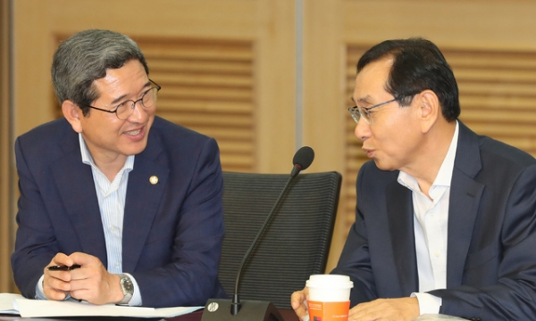 자유한국당 김학용 의원 (왼쪽) / 사진 뉴시스