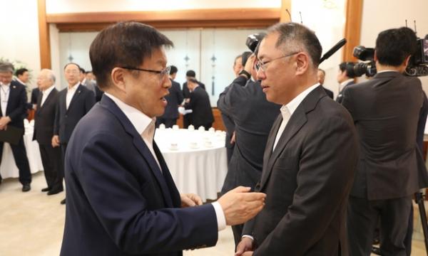 김영주 한국무역협회장(왼쪽) / 사진 뉴시스